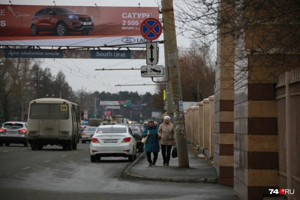 Многие посетители больницы вынуждены оставлять машины прямо под запрещающим знаком