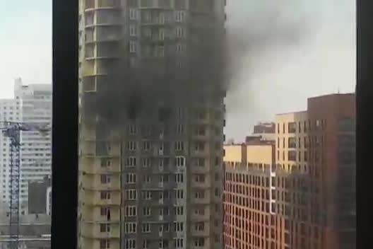 По словам очевидцев, в месте пожара видна люлька с рабочими