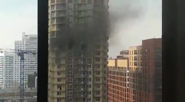 На Сакко и Ванцетти загорелся долгострой: рядом с пожаром оказались строители в люльке