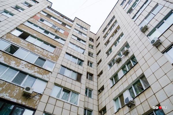 Мужчина решился перерезать трос альпинисту, который ремонтировал фасад дома на улице Пушкина, 13