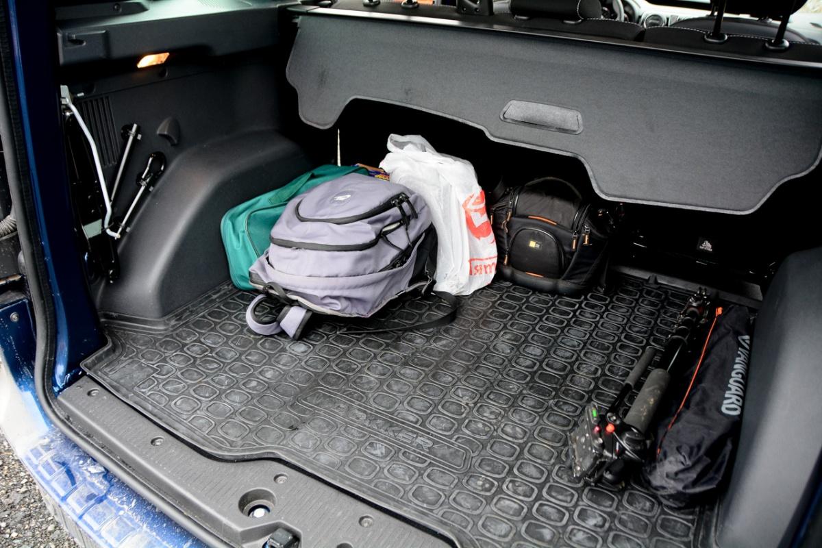 Стандартный набор вещей теряется в багажнике. Слева — комплект инструмента