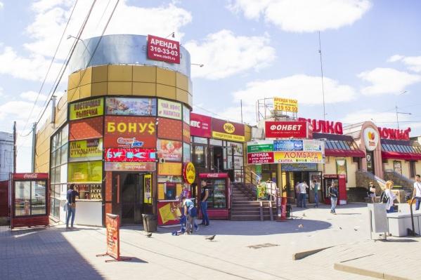 В здании работают пара кафе, точки быстрого питания, магазины и офисы