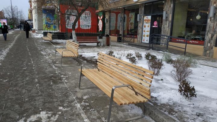 На проспекте Мира начали монтаж новых лавочек за 8 миллионов рублей
