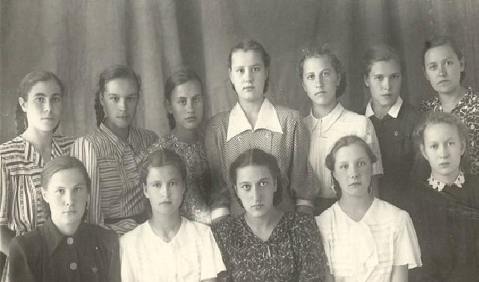Первый в истории Красноярска последний звонок: на чердаке школы нашли старый снимок выпускниц