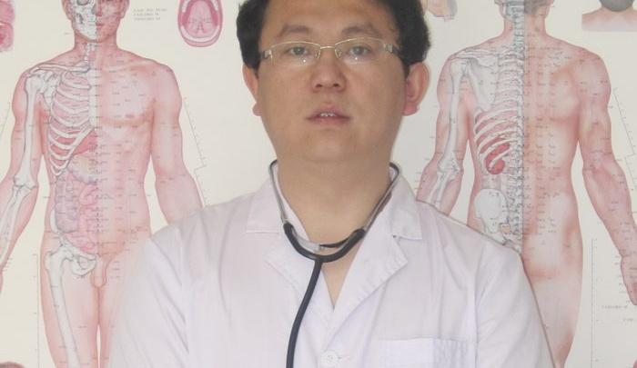На кончике иглы: китайский врач принимает пациентов в январские праздники