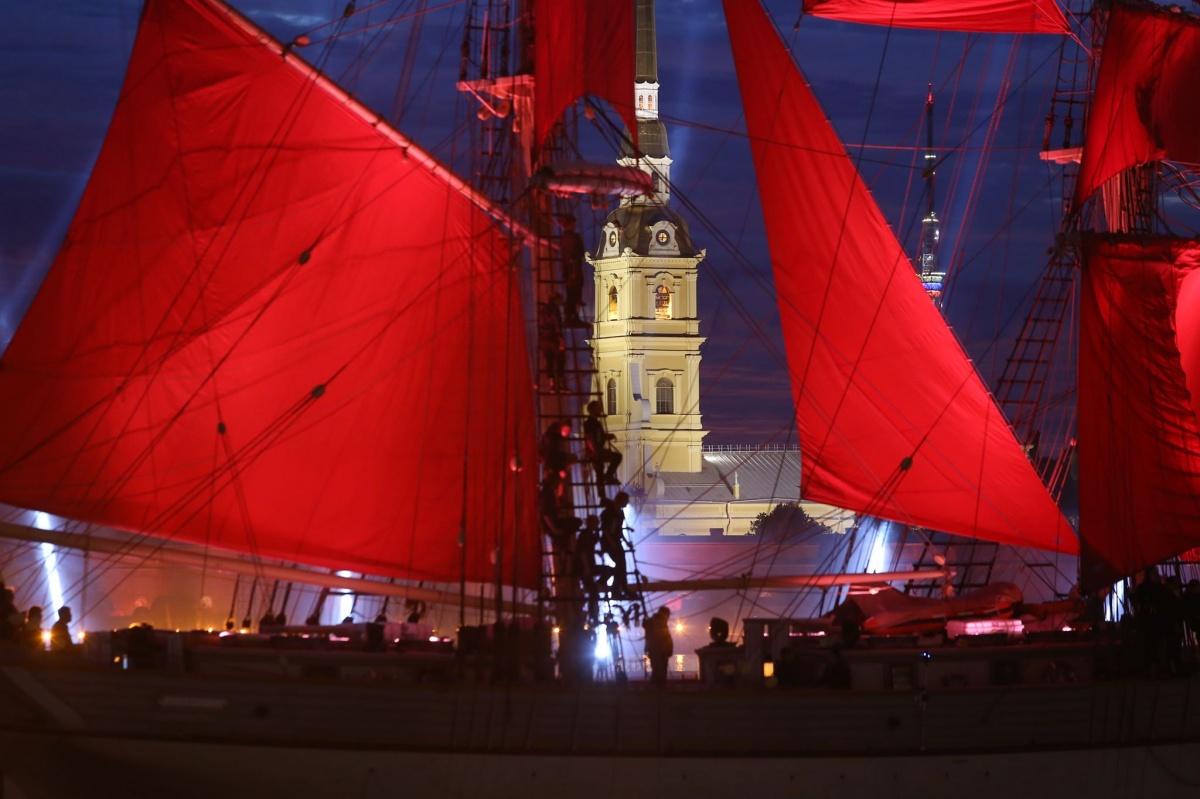Бриг с алыми парусами каждый год проходит по Неве, за ним следят десятки тысяч зрителей