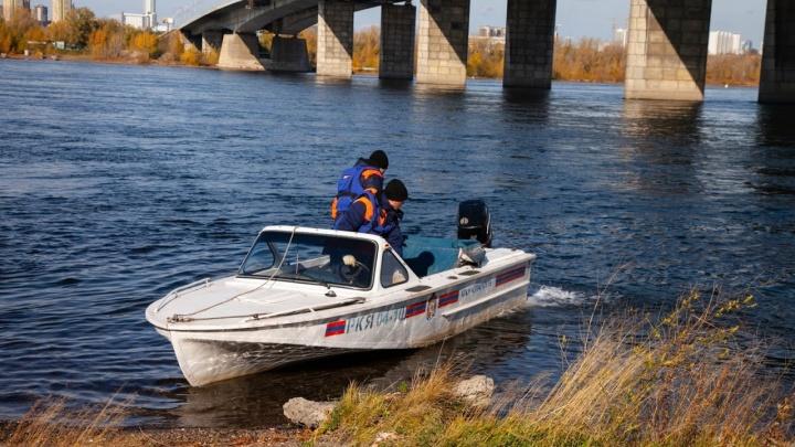 Спасатели вытащили из воды тело девушки, опрокинувшейся в Енисей после поцелуя на набережной