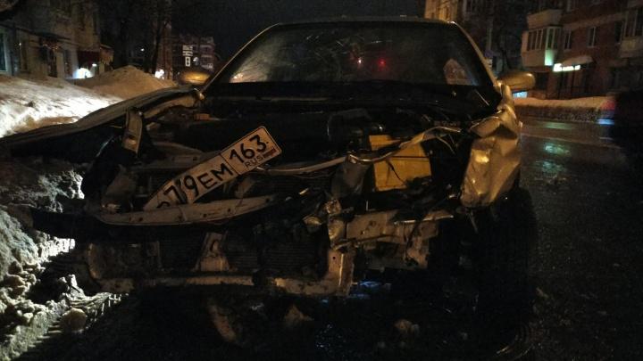 Очевидцы: «В Самаре пьяный водитель сбил двоих мужчин и попытался сбежать с места ДТП»