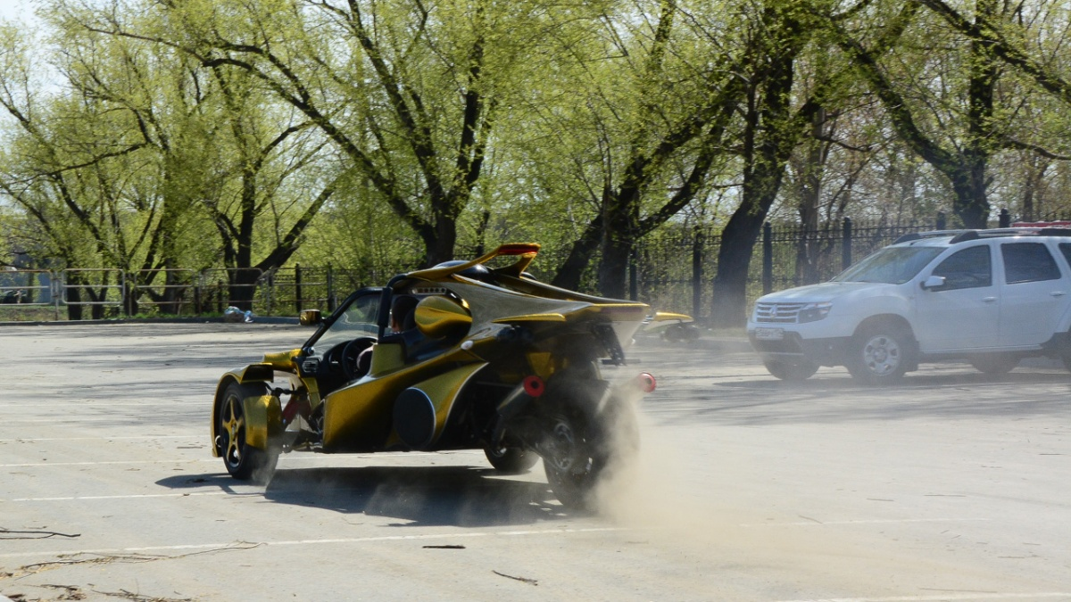 ИсходныйCampagna T-Rex весит чуть более половины тонны и разгоняется до 100 км/час за 3,9 секунды, но с двигателем мощностью 160 л.с. Можно предположить, что челябинский трайк делает сотню секунд за пять