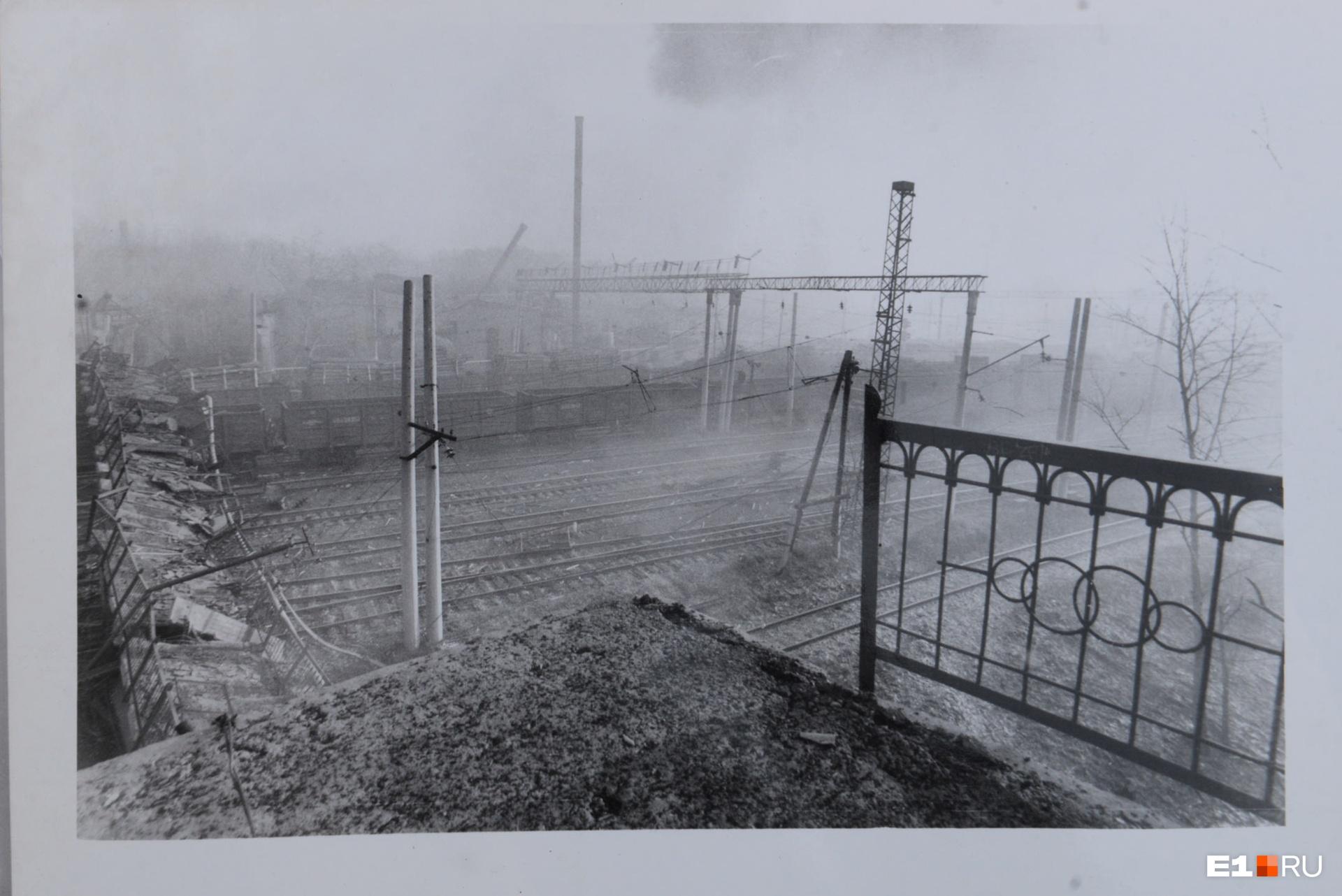 Фото сделано с уцелевшего участка моста через железнодорожные пути. Слева на снимке видно, что от этого моста осталось