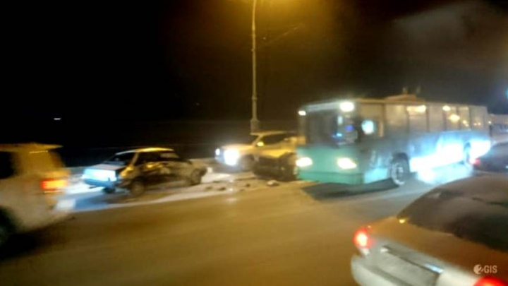 Еле тащатся: авария парализовала движение на Октябрьском мосту