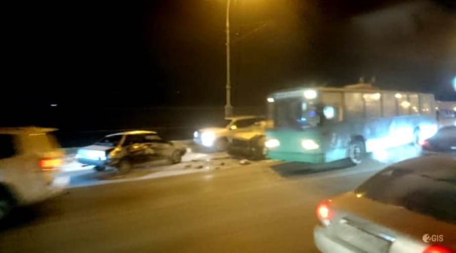 По сообщениям очевидцев, на мосту столкнулись три машины