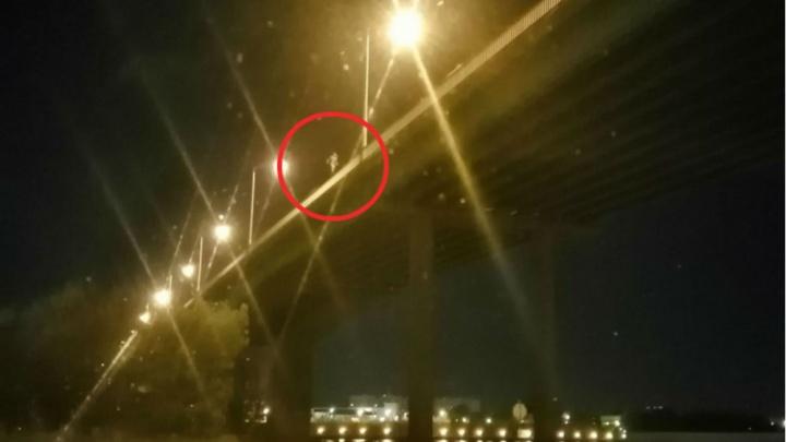 «А потом на операцию будет собирать»: в Ярославле обсуждают мужчину, который перешёл мост по перилам