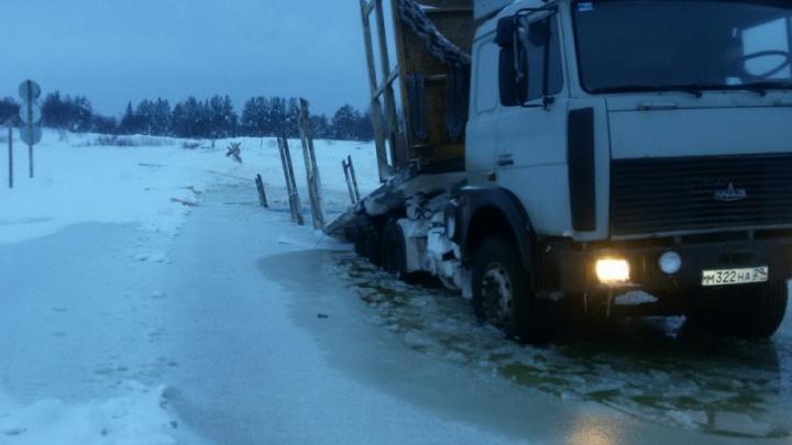 30-тонный МАЗ проломил ледовую переправу в Шенкурске