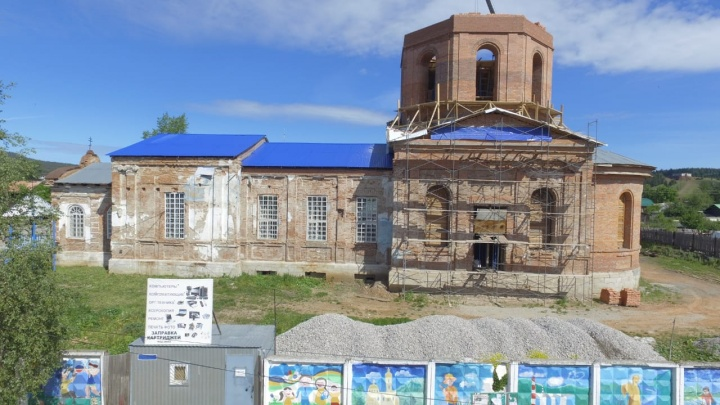«Помогают Бог и митрополит»: жители уральского города восстанавливают храмна собственные деньги
