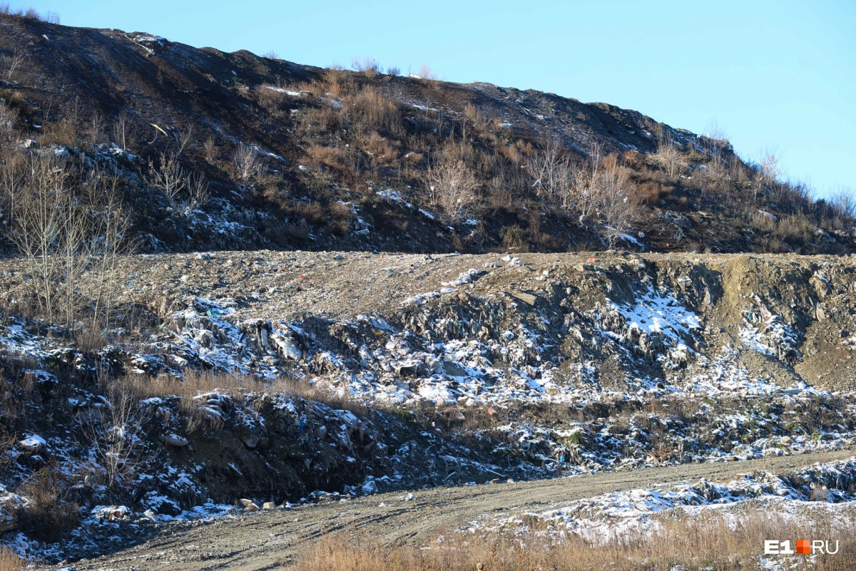 А вот так сейчас выглядит сама свалка— со стороны может показаться, что это просто гора