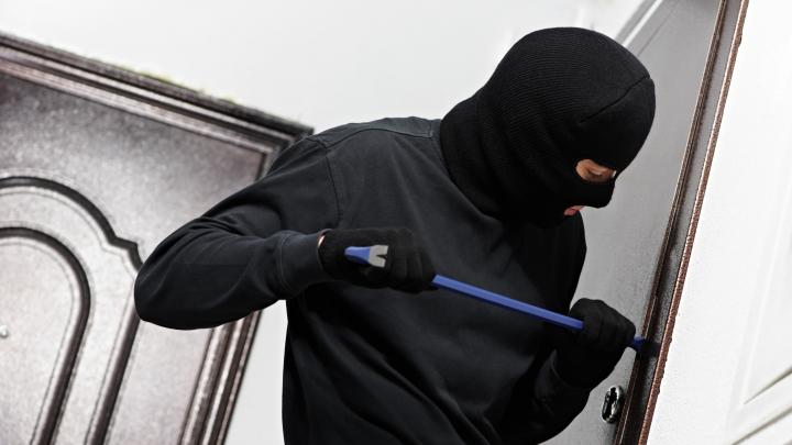 «Опытный вор знает все места, где прячутся деньги»: ответы на 5 наивных вопросов о безопасности дома