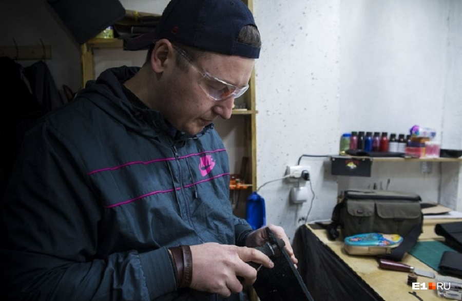 Артём Баталов  сменил офис на собственную кожевенную мастерскую