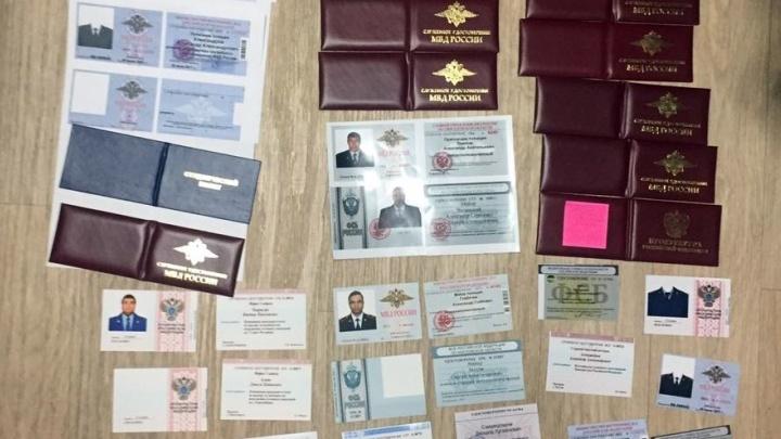От 18 до 50 тысяч: в Екатеринбурге задержали торговца корочками МВД и ФСБ
