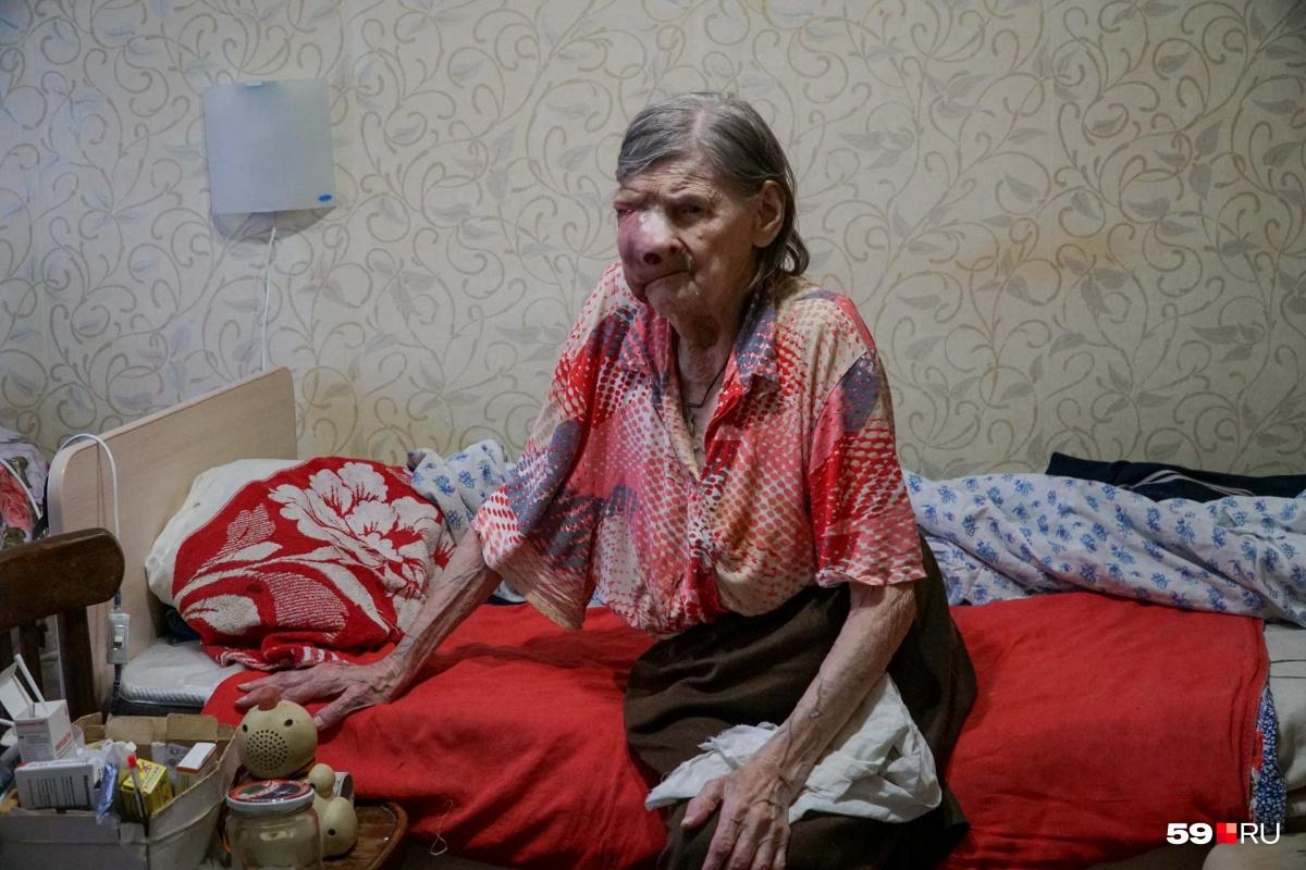 Неделю назад мы навещали Зою Ивановну. Тогда ей было тяжело даже сидеть.