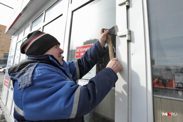 Киоски демонтируют, но через некоторое время они снова появляются на улицах Челябинска. Пока борьба чиновников с нелегальными торговцами напоминает работу ветряной мельницы