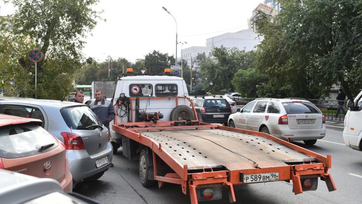 «Раньше забирали 100 машин в день, а сейчас не вывозим»: как в Екатеринбурге работают эвакуаторщики
