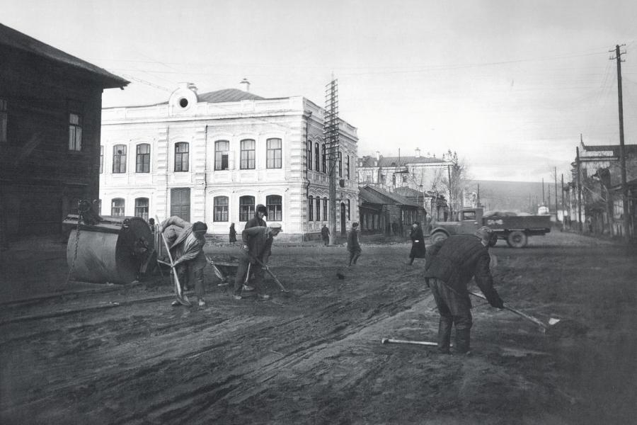 Работы по благоустройству улицы Перенсона на пресечении с улицей Карла Маркса. Фотография 1938 года