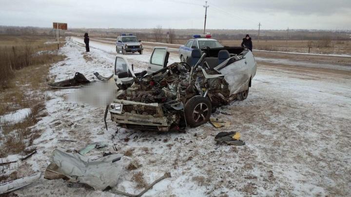 Оторвало крышу: в Самарской области после столкновения Lada и грузовика погибло два человека