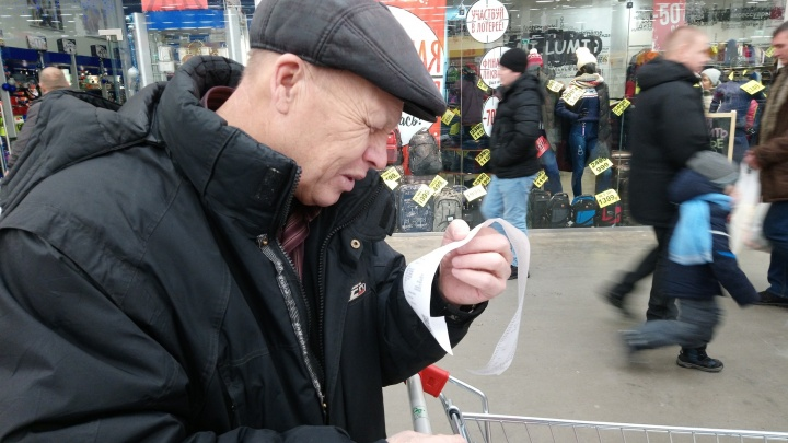 «10 тысяч— это нормально»: заглядываем в тележки покупателей гипермаркета перед Новым годом