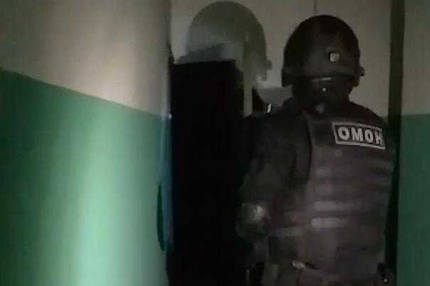 ОМОН ворвался к организаторам притона в Новосибирске — публикуем оперативное видео