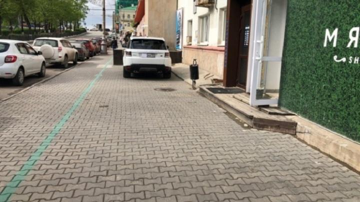 «Я паркуюсь, как…»: автохамы против трамваев, беспредельщики на газоне и другие нарушители правил