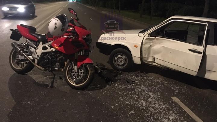 «Вместо ключей — провода»: водитель ВАЗа сбежал после аварии с мотоциклом у заправки