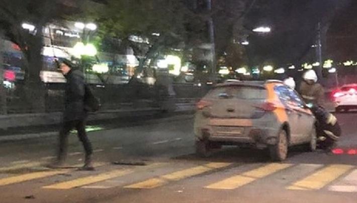 В центре Екатеринбурга столкнулись Toyota и каршеринговый автомобиль, пострадали два человека