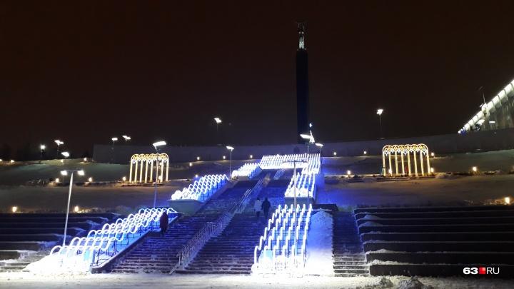 На Волжском склоне включили светодиодный фонтан