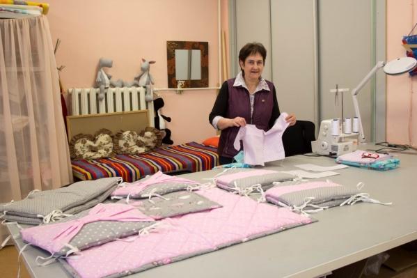 Руководитель швейной мастерскойЛюдмила Александрова с образцом распашонки, которую хотят класть в «коробку для младенца»