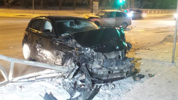 На Вторчермете у BMW оторвало колесо после столкновения с Priora и дорожным ограждением