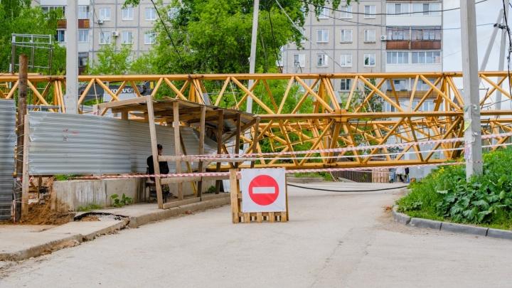 В Перми упавший на деревянные дома кран уберут до конца июня