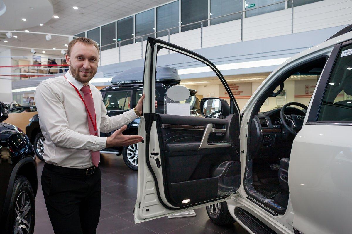 Менеджер Павел Иванов отмечает: покупатели приходят в салон официального дилера специально ради покупки легендарного внедорожника