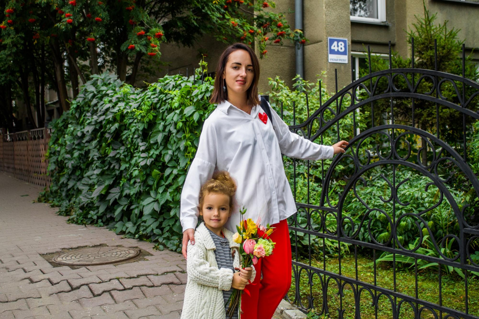 «Встретила свою единственную любовь»: 8 стильных мам на линейках — об интригах и моде на форму