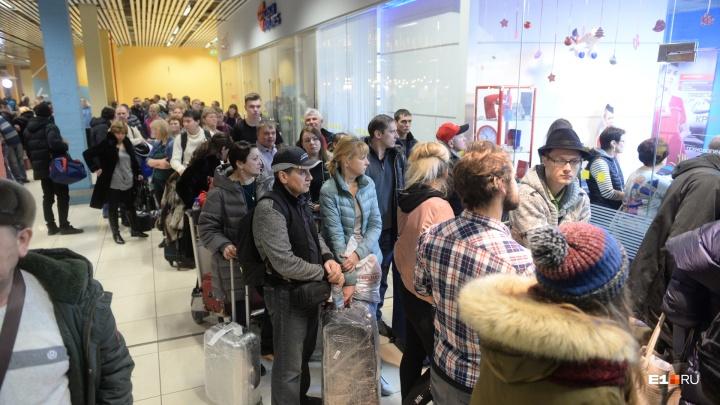«Сил все меньше». Уральские туристы третий день не могут вылететь из Токио из-за тайфуна