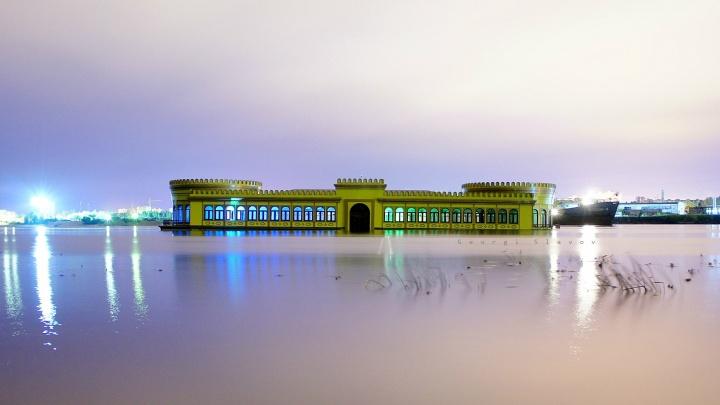 Залез через окно: ярославец украсил подсветкой затонувший ресторан-дебаркадер