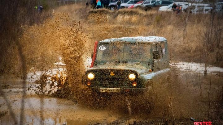 Лужи, грязь и ямы по пояс: под Екатеринбургом прошли гонки по бездорожью