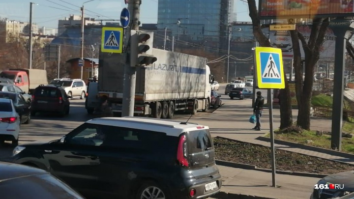 Фура на проспекте Стачки в Ростове собрала огромную пробку