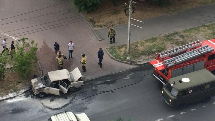 12 огнетушителей: в Ростове на Лелюшенко сгорел легковой автомобиль