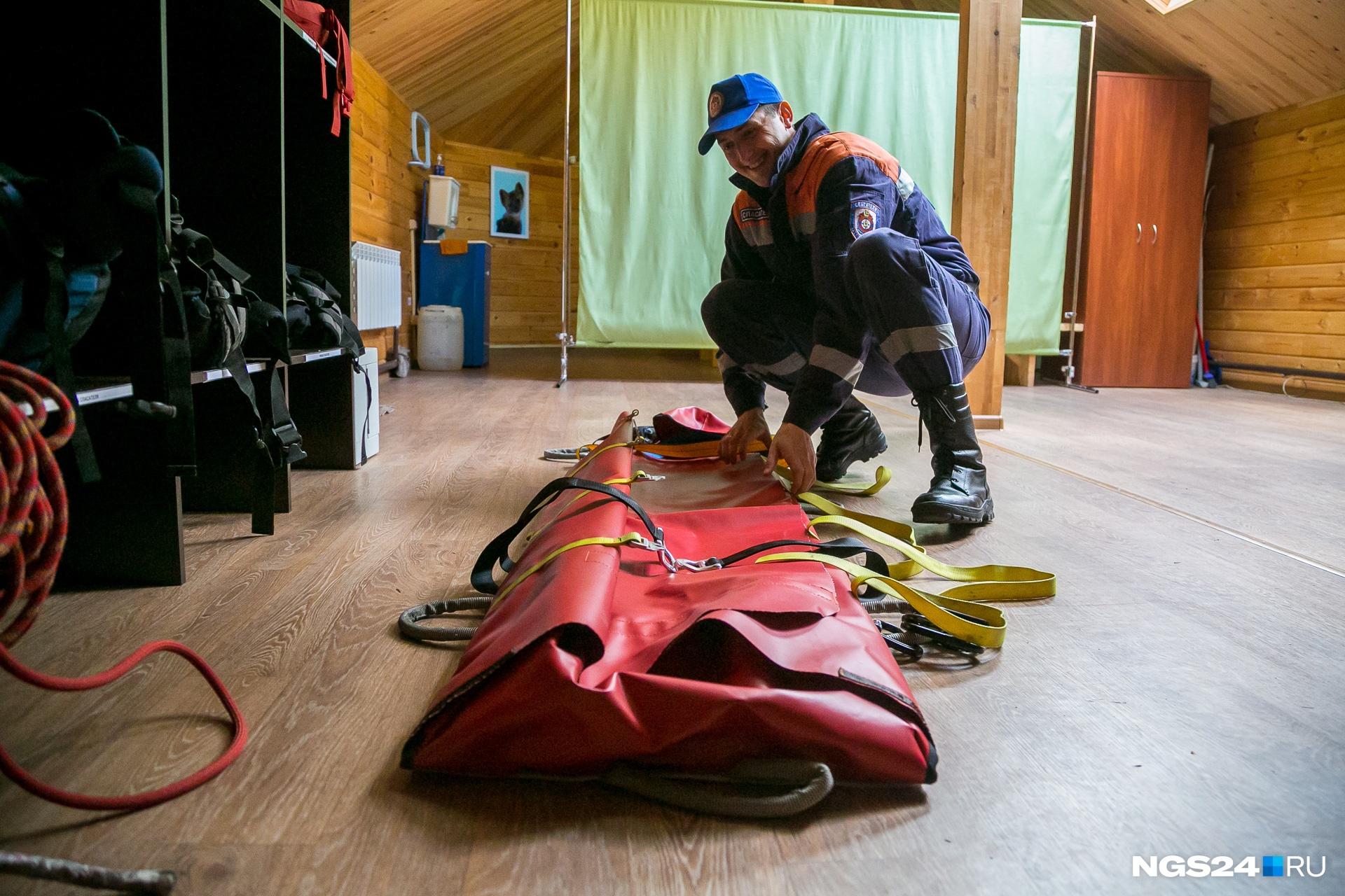 Перед патрулированием спасатели собирают снаряжение, проверяют носилки