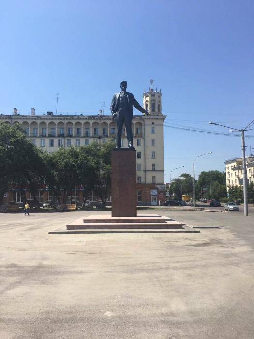 На площади Маяковского обновили простоявший полвека памятник поэту (фото)