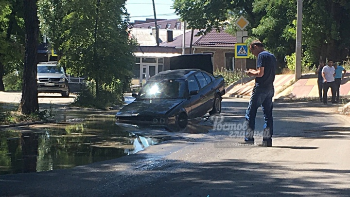 Прорвало канализацию: в Ростове автомобили утонули в нечистотах и провалились под асфальт