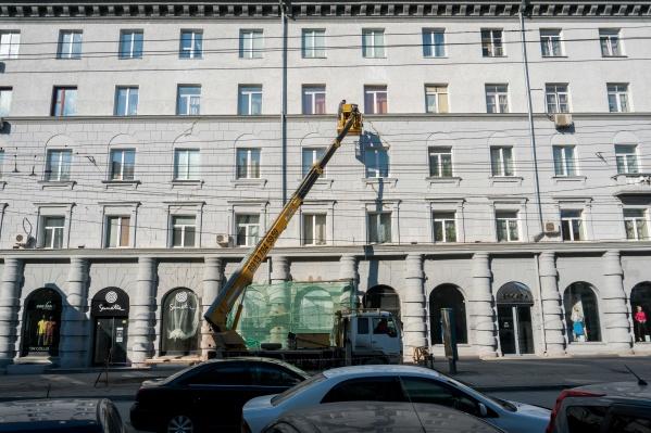 Издалека уже незаметно, что между четвёртым и пятым этажами были трещины