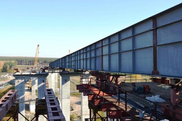 Одна из сторон моста полностью соединила оба берега Ини