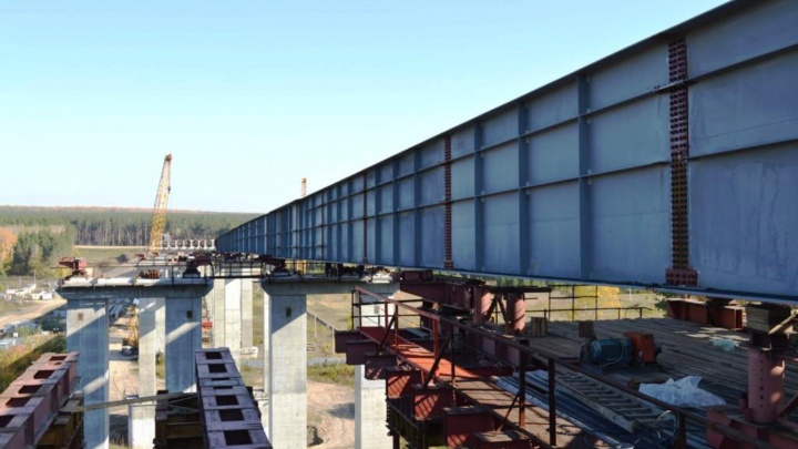 На Восточном обходе достроили пролёт нового моста через Иню. Он соединил оба берега